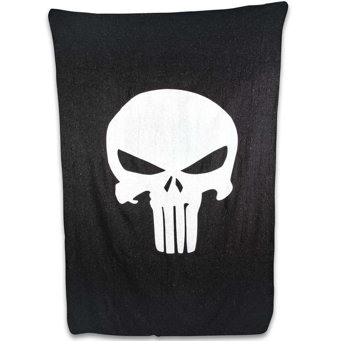Stay warm even in the coldest temperatures when you snuggle up in this eye-catching, Punisher Skull wool blanket