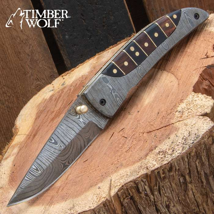 The Antigua Knife is all about striking contrasts from the distinct Damascus patterning to the natural textures of wood