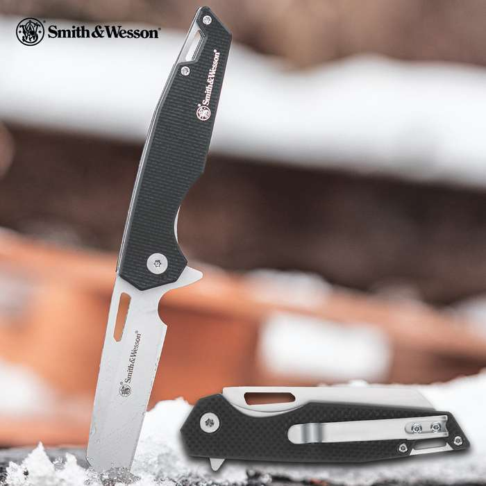 Don't let the lightweight and sleek design fool you into thinking that the Smith & Wesson Sideburn Pocket Knife is your ordinary everyday knife